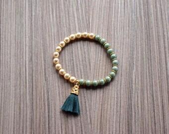 Handmade bracelet with green and creamy glass and Boemia  beads with tassel -Bracciale di perle di vetro cerate e di boemia verdi e crema.