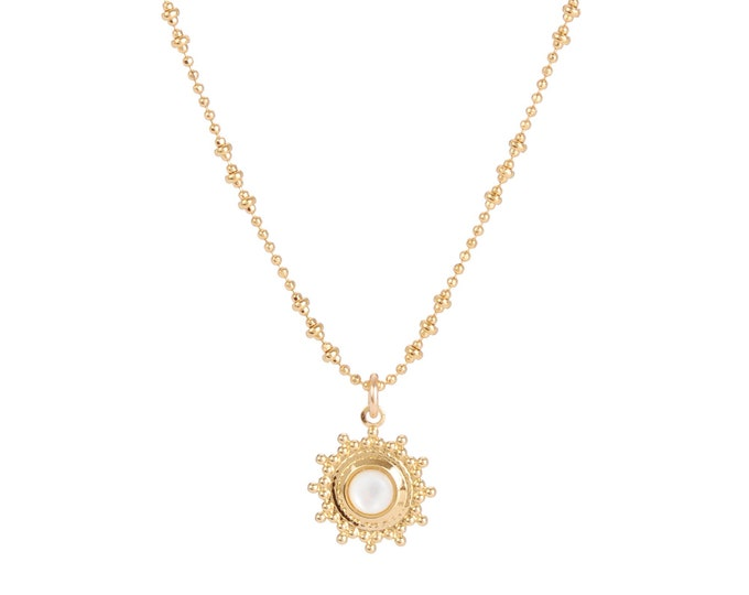 Necklace gilded with fine gold in ball chaine with pendant adorned with a mother-of-pearl cabochon