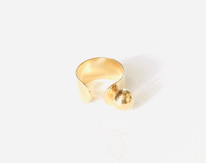 Golden JULIETTE ring with a balanced ball - Intuitu Paris