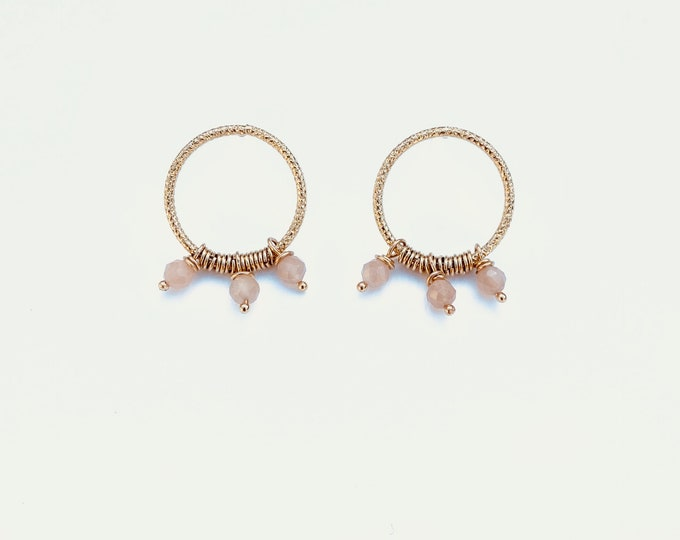Golden ariane earrings : orange moonstone and engraved wire - Intuitu Paris