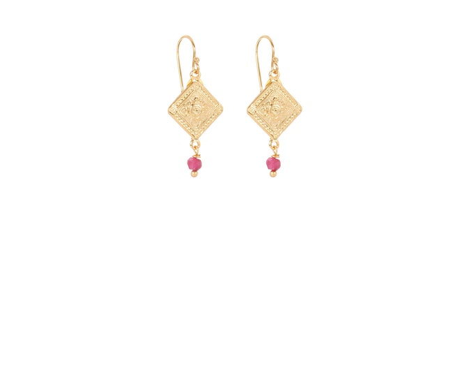 Antique gold-plated short earrings with a red-tinted sillimanite drop