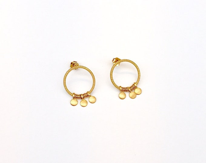 Golden ariane earrings : pendants and engraved wire - Intuitu Paris
