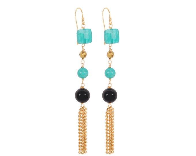 Long green and black earrings made of stones and golden chains