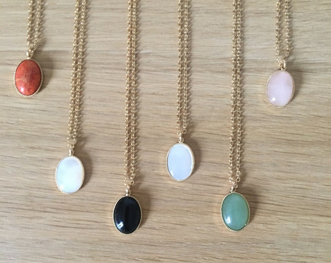 Necklace with coloured stone pendant on gold forçat chain