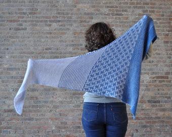 Patron PDF du châle tricot HASHTAG disponible en français et en anglais, modèle avec de la mosaïque, à tricoter avec 2 écheveaux de laine