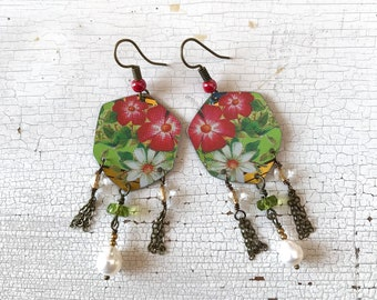 Dangling earrings with pearls and flowers, made with vintage tin box, daisy earrings, handmade, made in Italy.