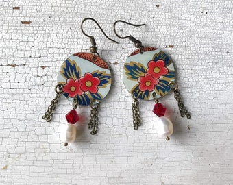 Dangling earrings with pearls and flowers, created with recycled tin box, handmade, made in Italy.