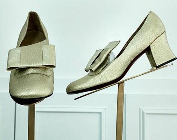 MOD Gold Metallic Daisy Joseph Magnin Fabulous 1960s Fabric Pumps with Bows Size 7.5 (SKU10297SH)