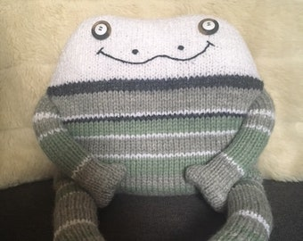 Handmade green frog kids cushion – Frog toy - frog ornament - Stuffed animal – Birthday gift - Wildlife nursery decor - Green nursery
