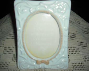 This creme colored  ceramic photo frame woiuld enhance any picyure.