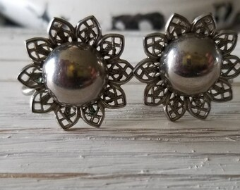 Ladies Silver-Colored Sunflower Screw-Back Earrings.