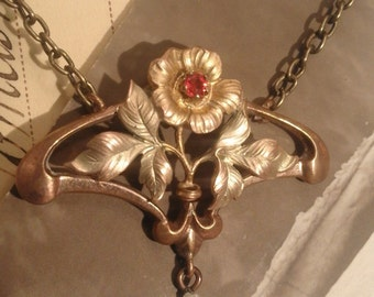 Art Nouveau necklace gold plated 3 different alloys flower with a stone carved red and during Pearl