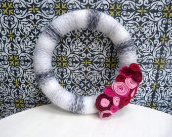 "12"" Pink, White, and Black Wreath | Valentine's Day Wreath | Yarn and Felt Wreath"