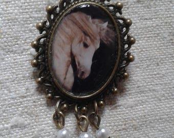 "brooch ""white horse"""