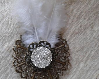 "brooch ""cabochon and white feathers"""