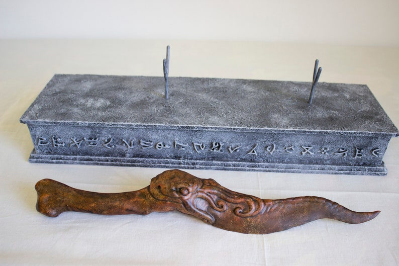 Cthulhu dagger with display stand Rust edition