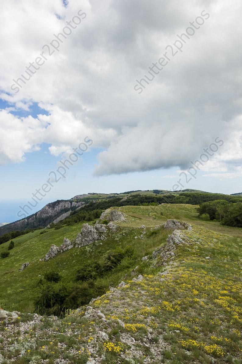 Digitale Sullo Sfondo Verde Montagna Colline E Nuvole Basse Bianco Foto Download Immediato Natura Sfondo Natura Fotografia Jpg File Wall Decor