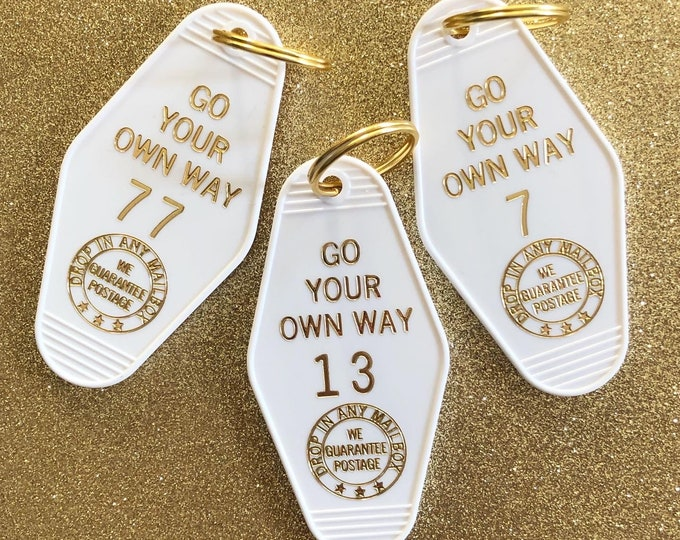 Go Your Own Way Vintage Hotel Keychain - White
