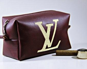 327f3fae772 Handgemaakte Louis Vuitton geïnspireerd make-up tas, gouden borduurwerk Louis  Vuitton logo, aangepaste cosmetische tas, veganistisch leder bruidsmeisje  ...