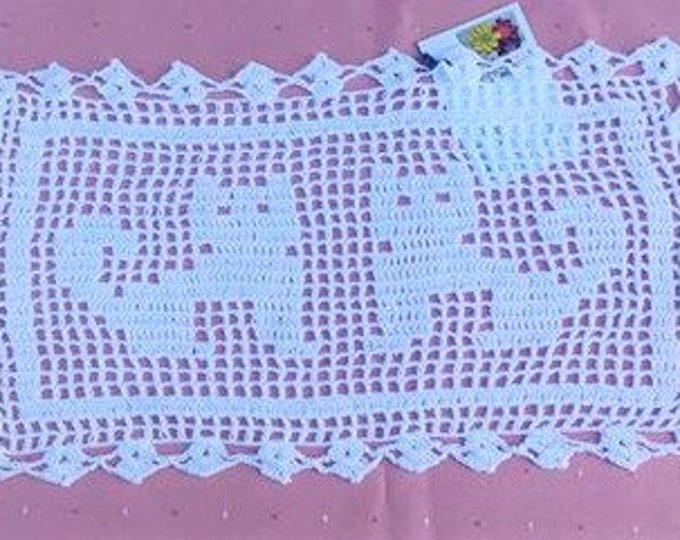 Coffee table crochet cover with cat motif in natural white cotton