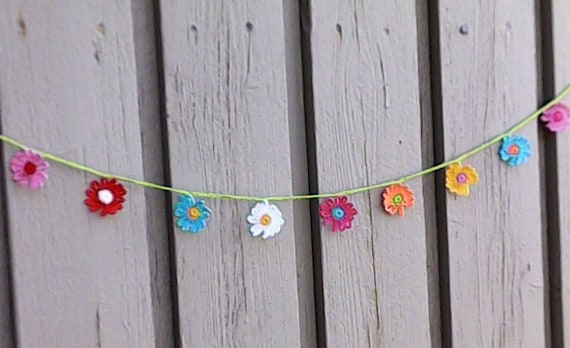Crochet mini garland with 9 small colorful daisies