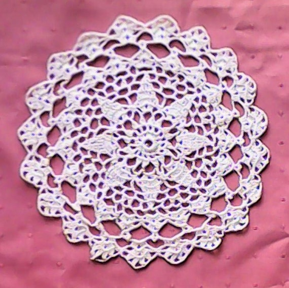 "Crocheted white cotton cover, crochet round cover 8 ""centerpiece, Christmas décor table decoration Christmas gift Wedding"