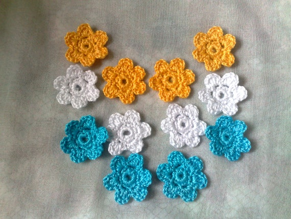 12 crocheted Small floral applications, 3 cm in colors blue, white and yellow