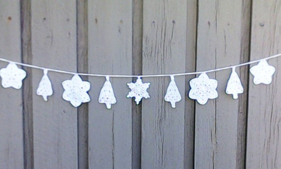 Crochet Christmas garland with 5 snowflakes and 4 Christmas trees in white for tree hanging and Christmas decoration