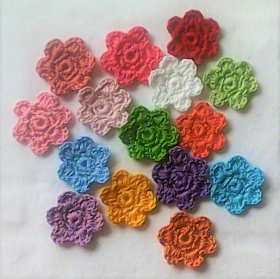 15 flower patches, many crochet flowers 4 cm in colourful colors