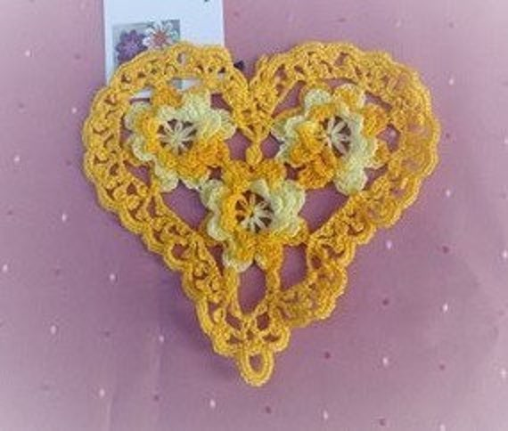 Crocheted heart cover with light yellow and zittronengelben roses