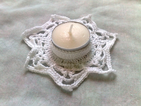 Candle holder crocheted in white cotton for a romantic candle light dinner