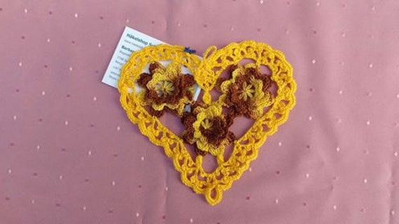Thanksgiving ornament heart crochet in yellow cotton, heart shaped placemat for a decorative table decoration