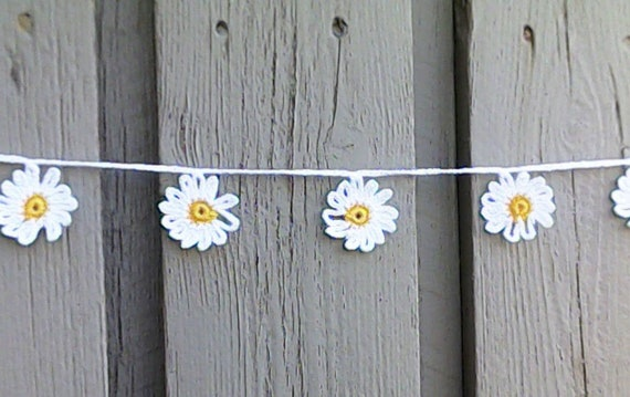 Crochet mini garland with 9 small white daisies
