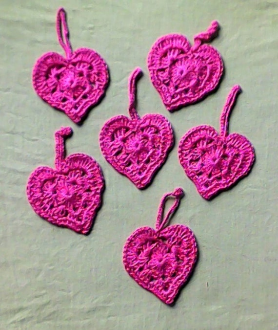 Crochet hearts gift tags in pink to embellish your gifts