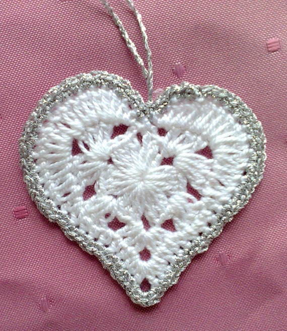 5 crocheted Hearts white gift pendant with silver border