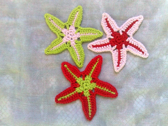 3 crocheted starfish in light green, light pink and red for your party on the beach