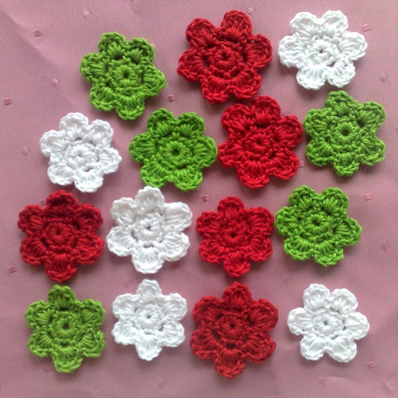 Christmas patch in the colors white, green and red, crocheted flowers in light pink, 15 crochet flowers for scrapbooking