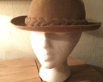 Sporty vintage 1960s men's tan wool and cashmere Playboy Stetson medium - large fedora trilby hat (A400)