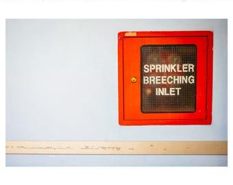 Kunstdruck 'Roter Wassersprenger' mit weißer Umrandung auf UV-Fotopapier (70x50cm)