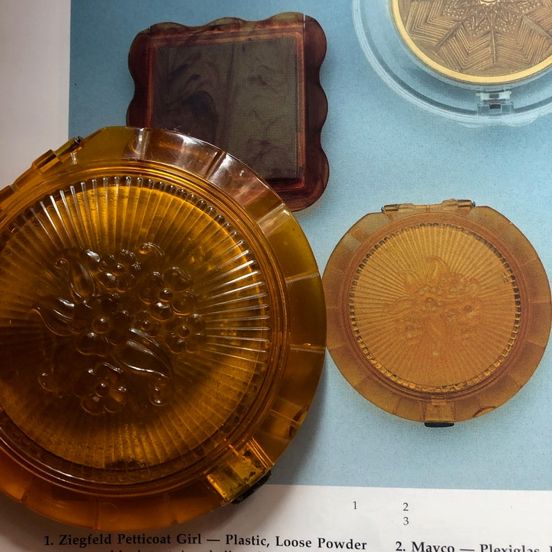 Floral Sunburst Moulded Lid Sterling Silver Catch Book Listed 1940s Plastic Amber Powder Compact Mesh /& Powder Puff Possibly Ton-Ton