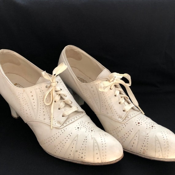 1930s Art Deco White Leather Lace Up Low Heeled Sh