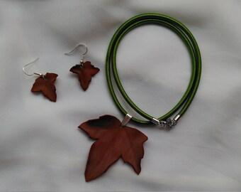 Joyería botánica. Conjunto de collar y pendientes de hojas secas. Otoño. Moda natural