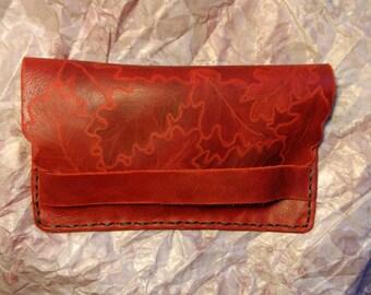 Original cartera de piel grabada con hojas de roble. Funda para móvil. Portadocumentos. Dos compartimentos