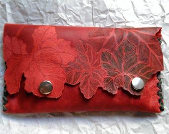 Original cartera de cuero rojo. Hojas. Cuero repujado. Naturaleza. Estilo. Elegante