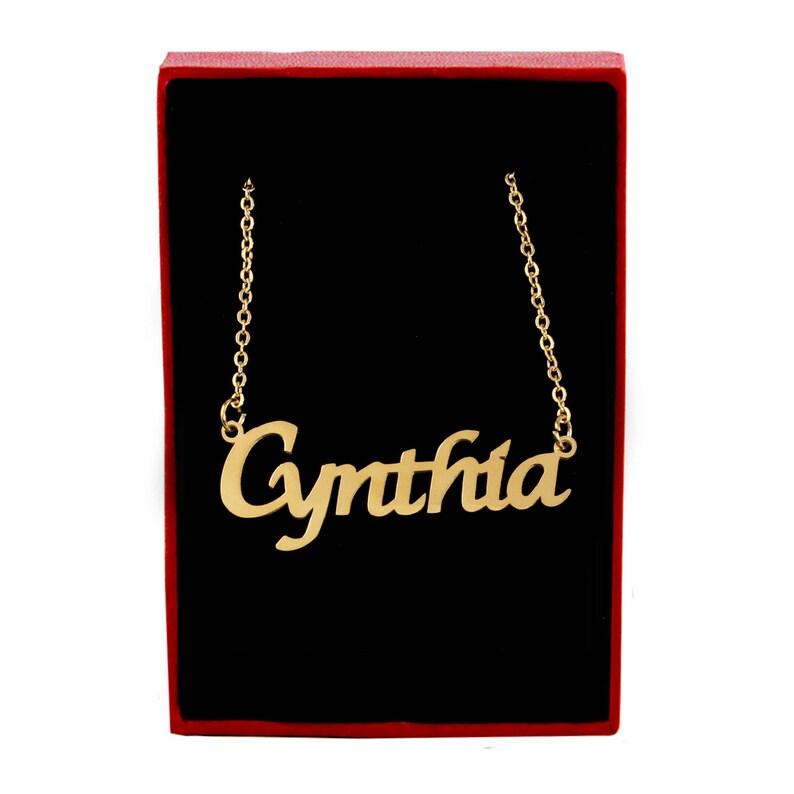 Kostenlose Weihnachtsgeschenke.Cynthia Namenskette 18ct Vergoldet Kostenlose Geschenk Box Bag Anhänger Ideal Personalisiertes Geschenk Für Ihre Weihnachtsgeschenke Für
