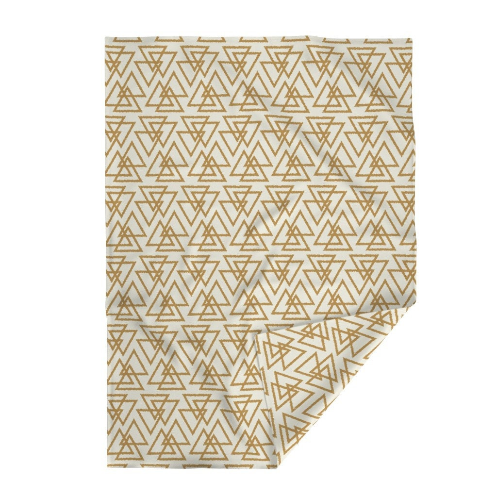 Couverture de jet géométrique - Trilogy Triangles Moutarde par bohemiangypsyjane - Modern Home Decor Trendy Throw Blanket with Spoonflower Fabric
