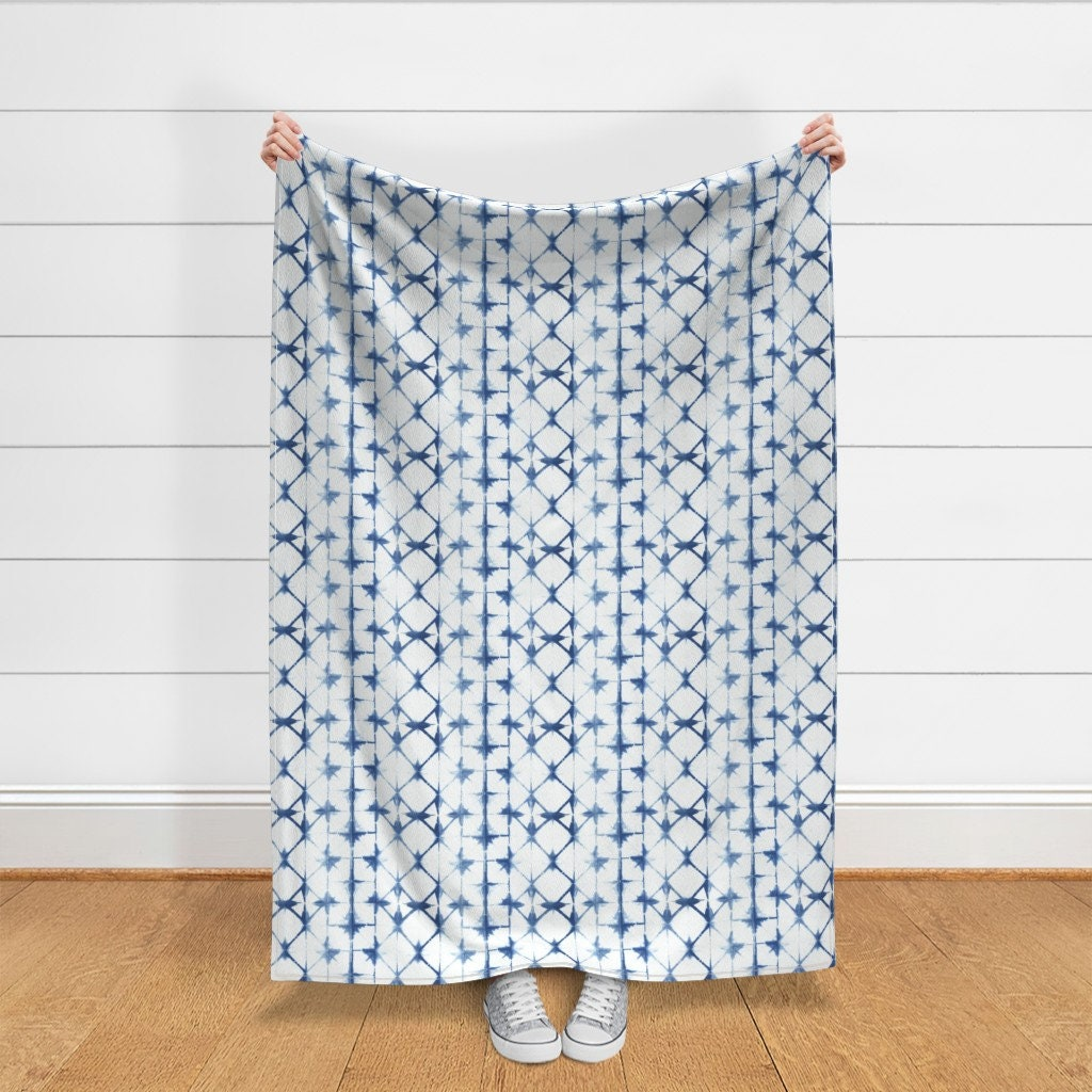 Blue Throw Blanket - Shibori 13 par jillbyers - Squares Indigo Shibori Triangle Dyed A368 Jill Byers Throw Blanket with Spoonflower Fabric