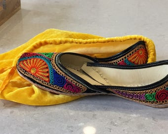 Indian shoes; Leather; Leather sandals; Jutti; Punjabi jutti; Colorful shoes; Multicolor shoes; Embroidered shoes