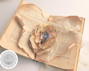 """Porte-alliances """"rose sculptée dans un livre"""""""