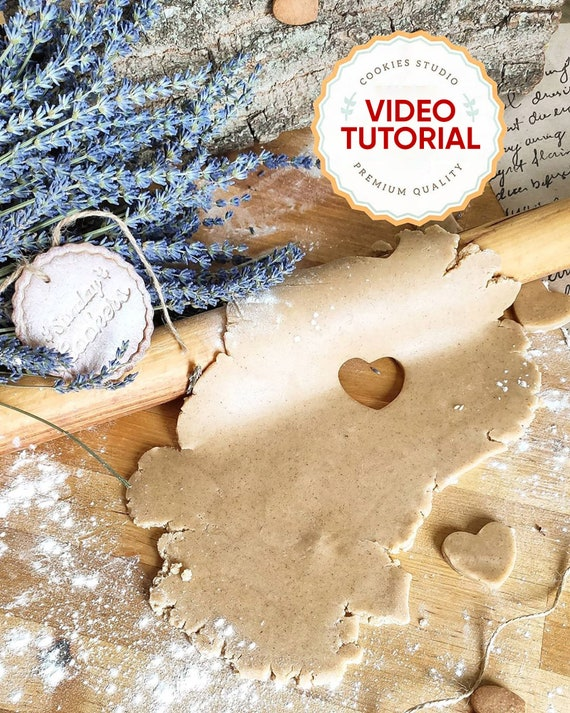 Video tutorial with our authentic English recipe of gingerbread cookies.